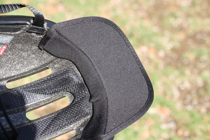 バイザーは額部分のパッドを交換する形で装着する