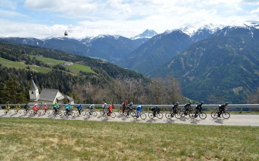 チームスカイを先頭にアルプスの山々を走るメイン集団