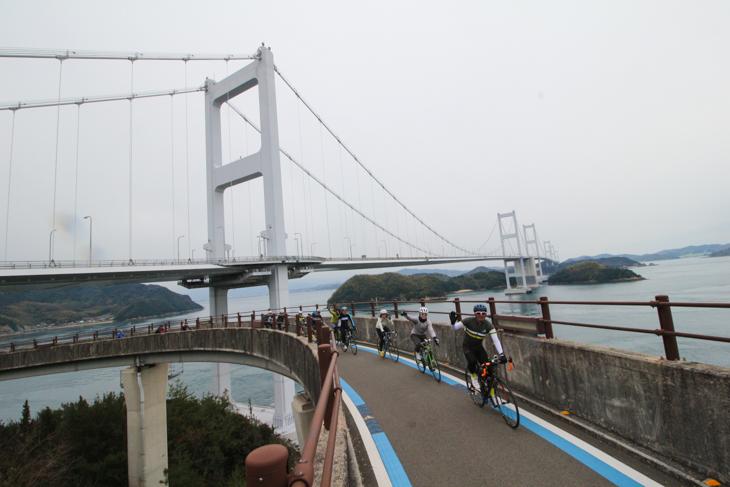 いよいよ最後の橋、来島海峡大橋へと向かう。ループで高度を上げて橋へと入るのだ