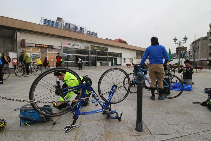 朝の尾道駅前には自転車を組み立てるサイクリストがたくさん