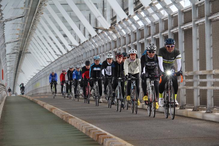 因島へ渡る橋では鉄橋の内部を通る
