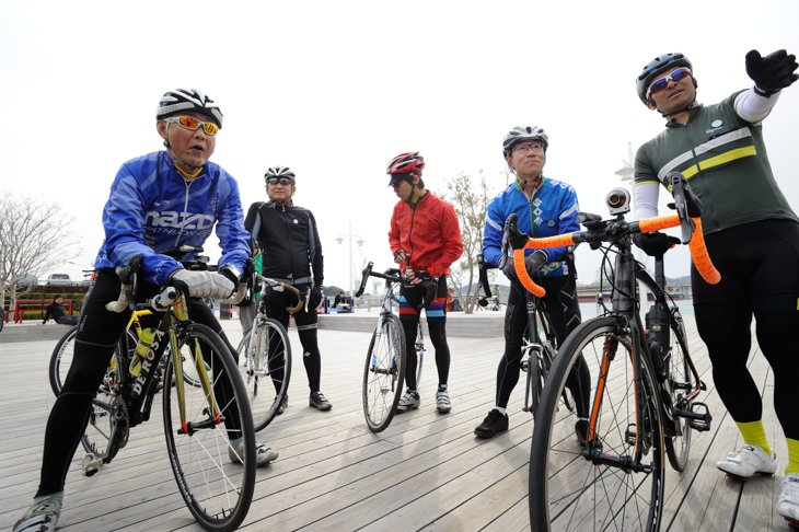 自転車好きのマツダの4人のスタッフと三船雅彦さん