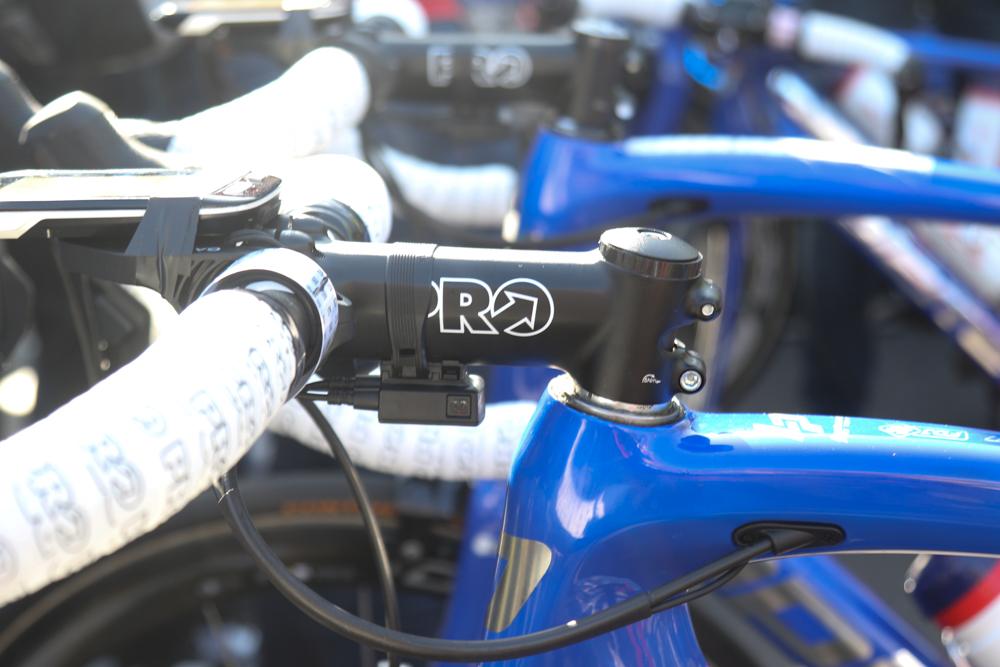 サローのバイクはヘッドパーツのトップキャップが抜かれ、ハンドル位置を下げていた