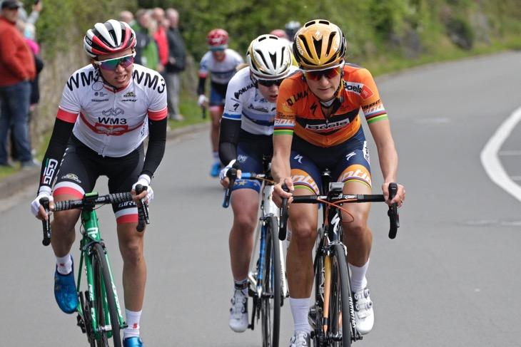 コート・ド・シュラーブで飛び出したエリザベス・ダイグナン(イギリス、ブールス・ドルマンス・サイクリングチーム)ら3名