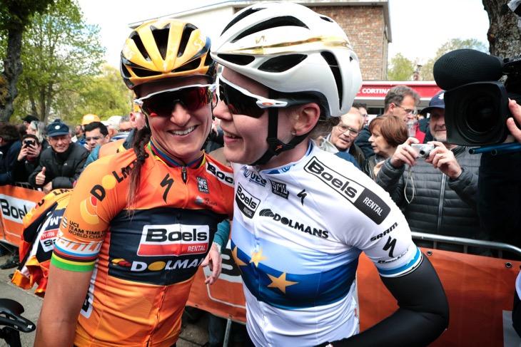 アンナ・ファンデルブレゲン(オランダ、ブールス・ドルマンス・サイクリングチーム)とエリザベス・ダイグナン(イギリス、ブールス・ドルマンス・サイクリングチーム)がワンツーを喜ぶ