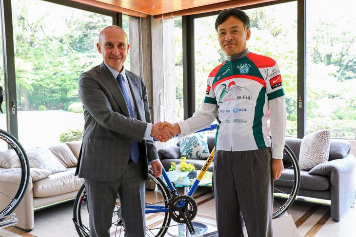 新しく駐日イタリア大使となるジョルジョ・スタラチェ氏と静岡県の難波喬司副知事。2016年日本での大会は静岡県が主催した