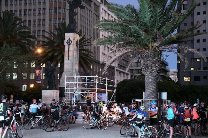 大会当日の朝、街の中心に参加者たちが集まりだす