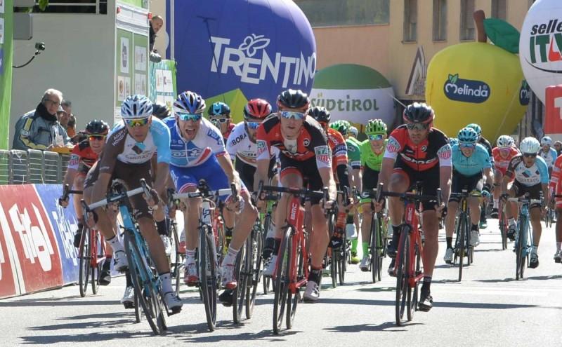 接戦スプリントで勝利したマッテーオ・モンタグーティ(イタリア、アージェードゥーゼール)