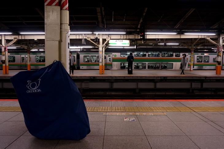 人気も少ない横浜駅の東海道線ホームで列車の到着を待つ