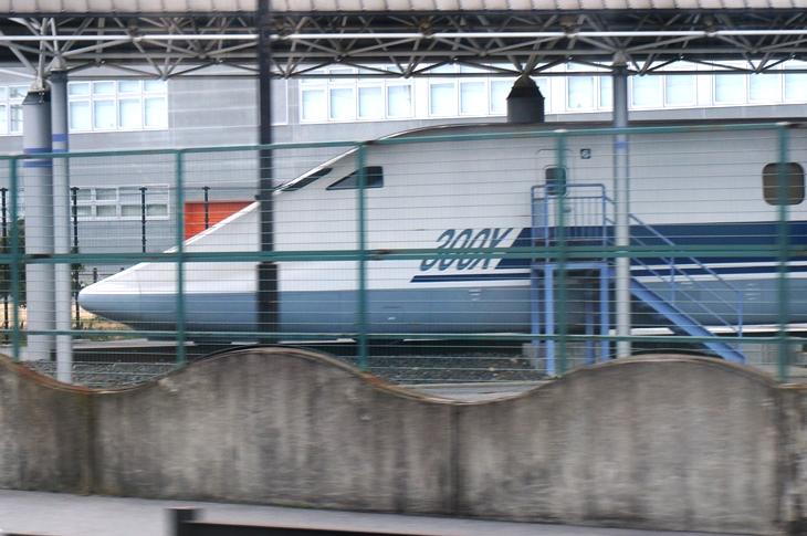 米原駅を出ると視界に飛び込んでくる新幹線の試験車両が気になる…