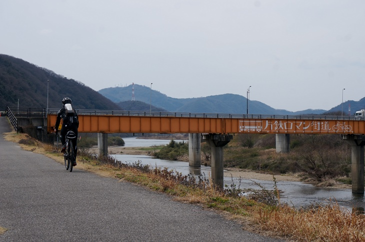 橋梁に書かれたサイクリングロードのロゴが画になるポイント