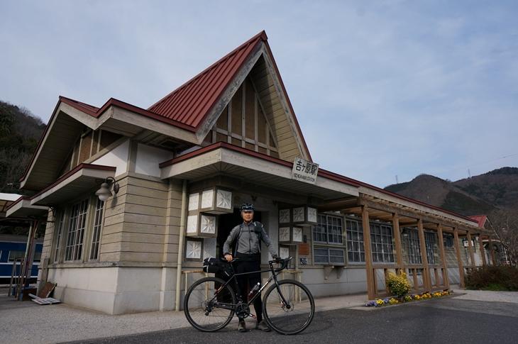 とんがり屋根のお洒落な吉ヶ原駅舎に昔の人のこだわりが感じられます