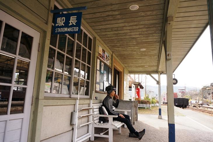 雰囲気の良い駅舎でのベンチで、ちょっぴりおやつタイム♪