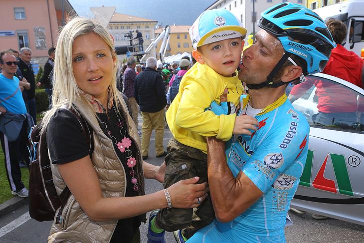 息子を抱き上げるミケーレ・スカルポーニ(イタリア、アスタナ)