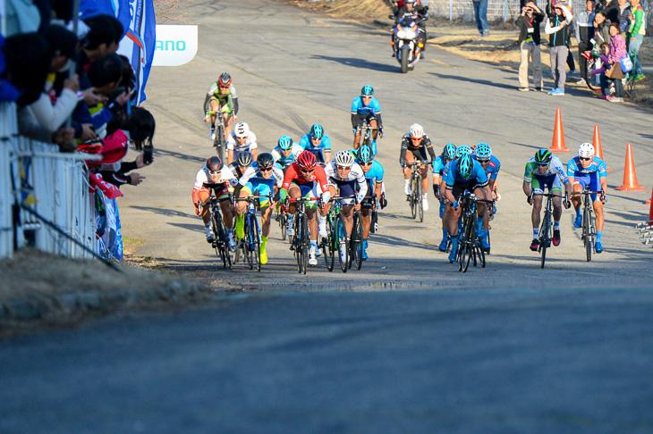 残り50m、吉田隼人(マトリックスパワータグ)の背後から出る中島康晴(キナンサイクリングチーム)