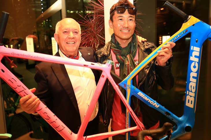 カラーオーダーフレームを持ったサルバトーレ・グリマルディ氏とビアンキサポートライダーの青山剛