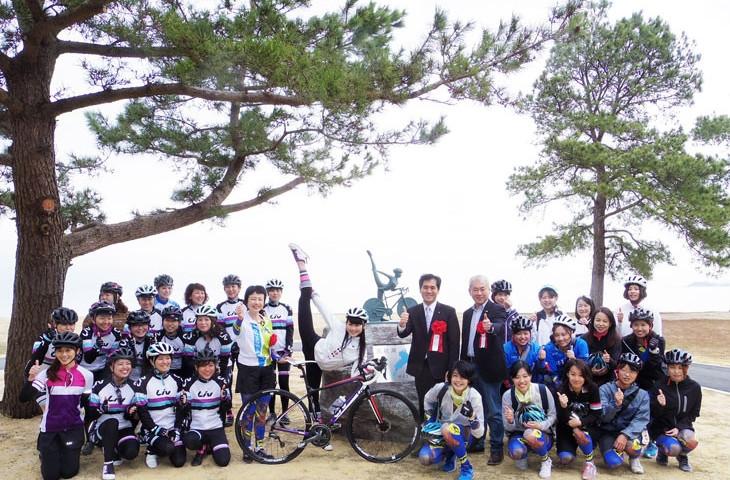 聖地碑完成を祝し、女性サイクリストが集まった!