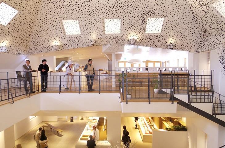 2階はカフェ、1階は和菓子とバームクーヘンショップ