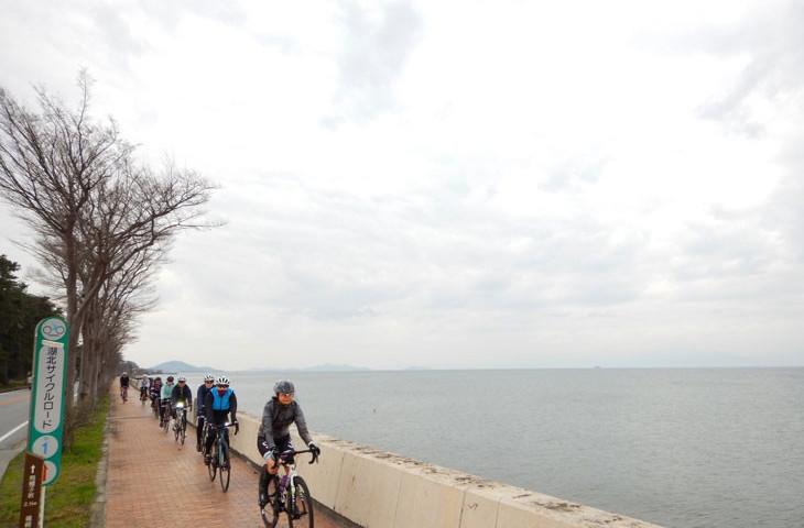 琵琶湖の絶景を眺めながら北に向かう。晴れていたらどれだけ美しいだろう。