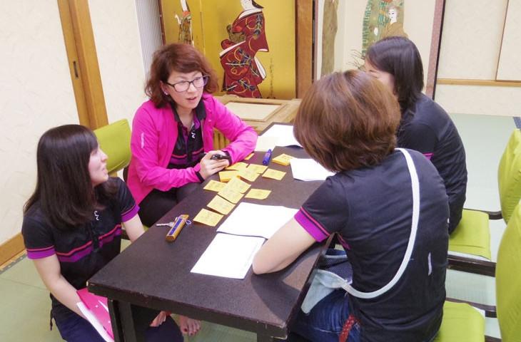 Livスタッフの皆さんのワークショップ。3グループに分かれ接客の段階別に取るべき対応を確認し合った。