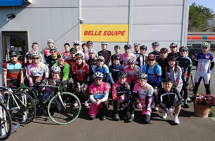 スタート前、ベルエキップ前にて。ちなみにベルエキップはフランス語で「美しいチーム」という意味です
