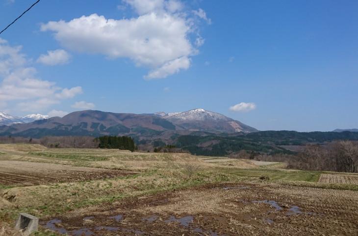 雪が残る泉ヶ岳を見ながら