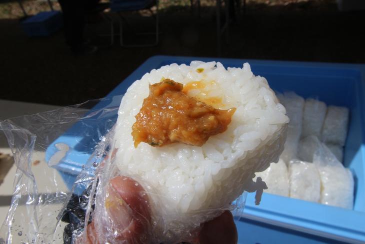長野のお米のおにぎりをネギ味噌でいただく。この美味しさはたまらない