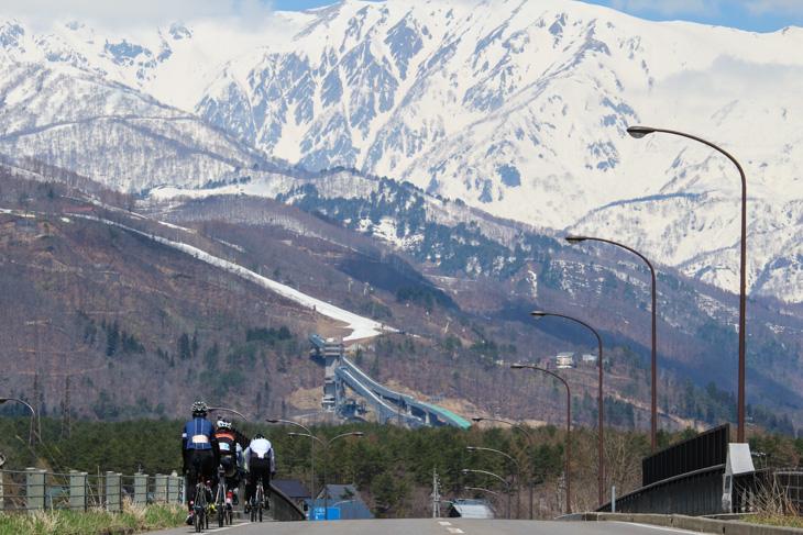 お馴染みの白馬スキージャンプ場が前方に見えてきた