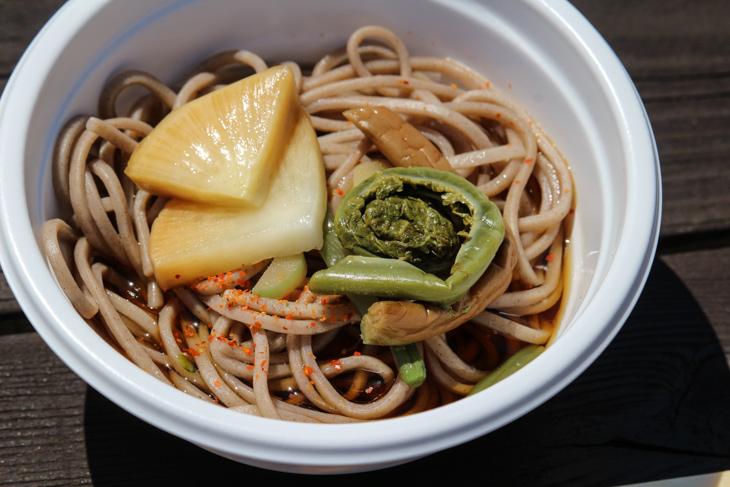 蕎麦と山菜のこごみ、漬物は「信州の味」だ