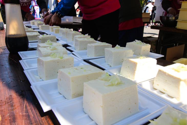 安曇野エイドでは豆腐が供された。タンパク源として間違い無し!
