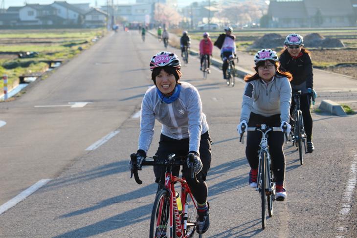 朝6時、スタートしていく女性サイクリストたち