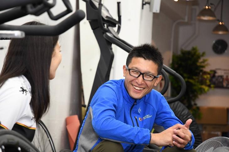 爽やかな笑顔で優しく指導する安藤隼人さん