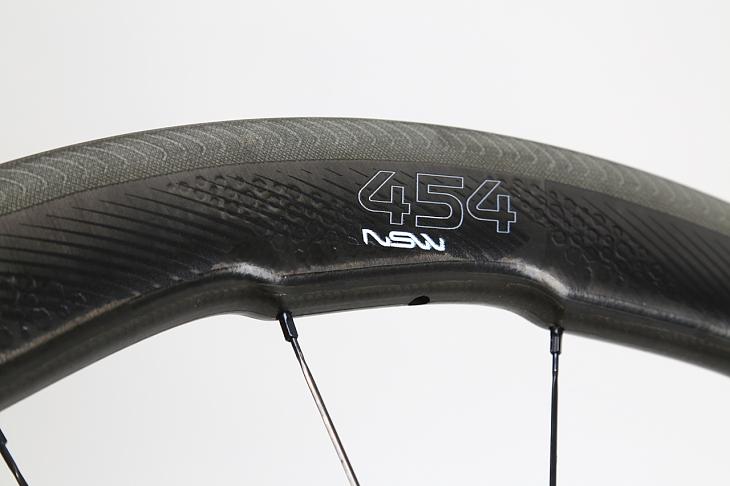 バルブ部にモデル名である「454 NSW」の文字。ブレーキ面には波状の溝が切られている