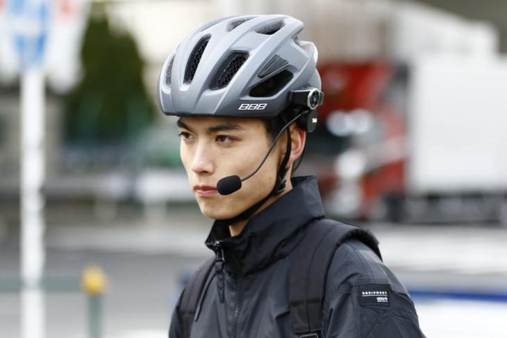 ヘルメットにスピーカーを取り付ける自転車用ヘッドセットだ