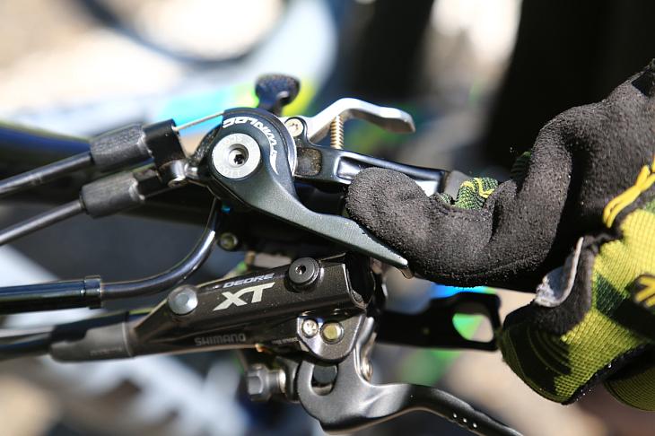 Twinlocシステムは操作も容易で便利な機構。バイクの性能を最大限引き出せるだろう、と鈴木さんは語る