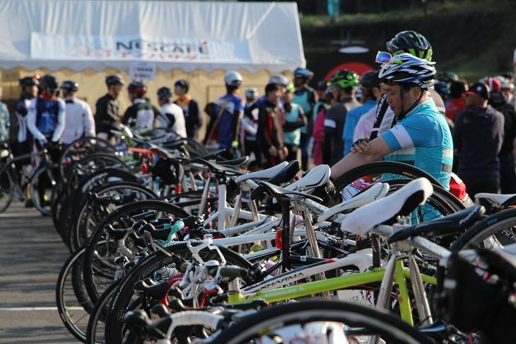 ラックにかけられた自転車がズラリと並ぶ