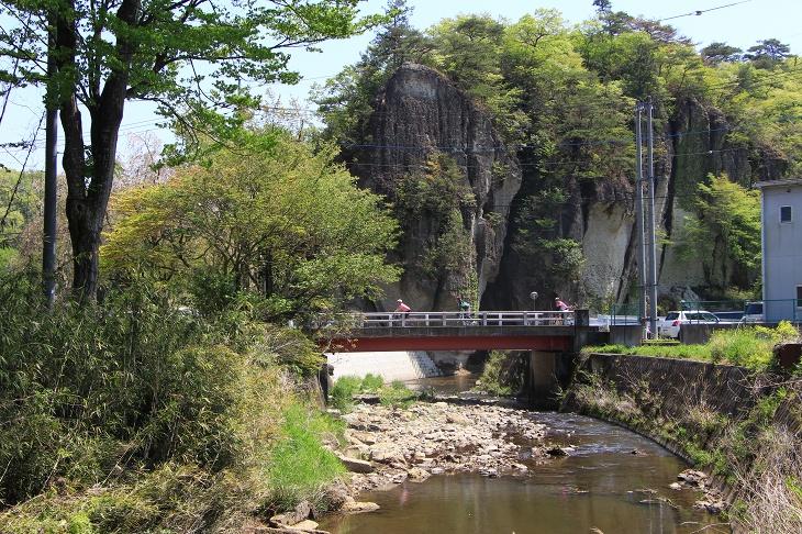 ダイナミックな岩の地形が特徴的な大谷に到着