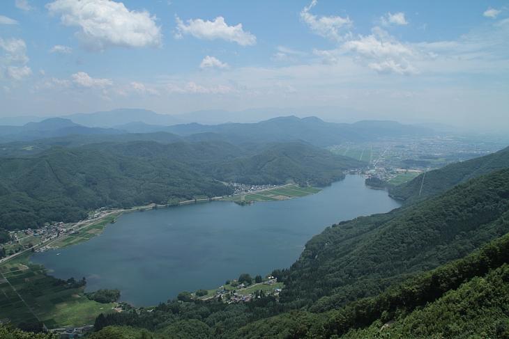 小熊山からは木崎湖を眼下に大町の市街や起伏に富んだ山々を望める