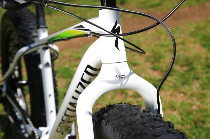 フォークはカーボン製リジット仕様とすることで、重量増をおさえつつ振動吸収性を確保している