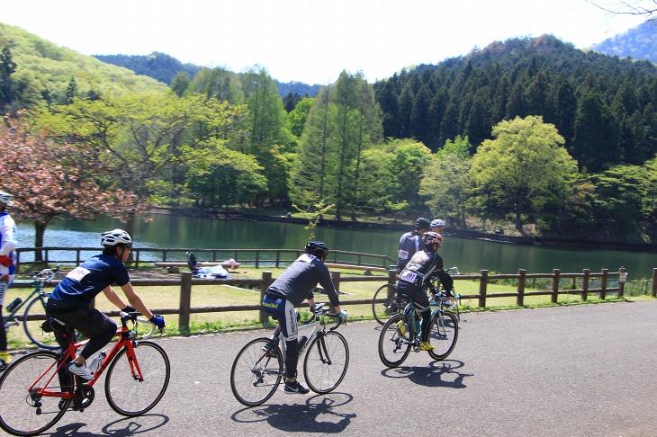 赤川ダム沿いの道は穏やかな情景とは裏腹にハイスピードでレースが展開される区間