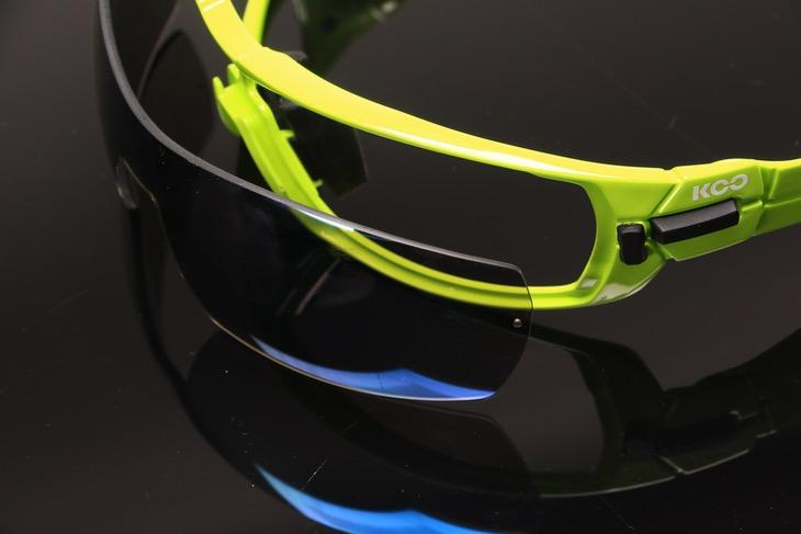 比較的明るめの「スーパーブルー」レンズ。かけた瞬間にも色味に違和感はない