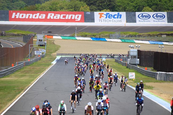 ロードコースの奥には国内でも珍しいオーバルサーキットが姿を見せる