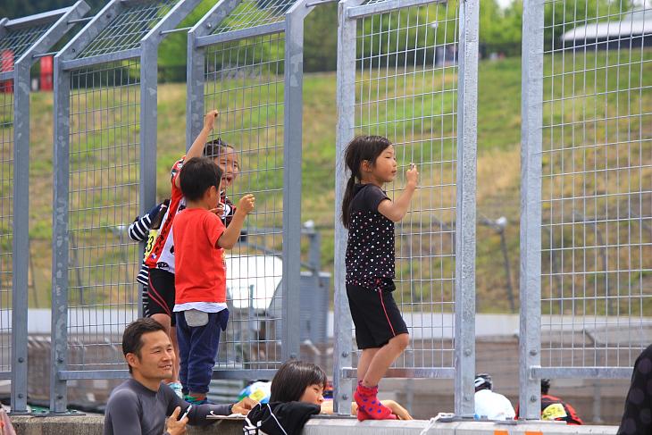コース脇から応援の声を飛ばしてくれた子どもたち