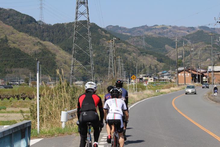 行く手に定峰峠の待つ奥武蔵の山々が見えてきた