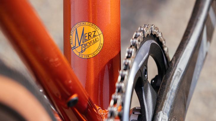 ビルダーであるメルツ氏のブランドであるMERZ BIBYCLEロゴもあしらわれる