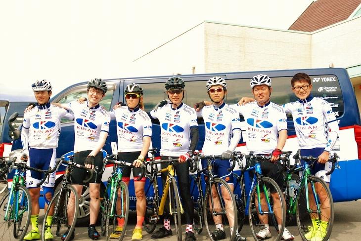 """5月3日の「仮入団!KINAN Cycling Team~YONEX CARBONEXで周るTOJ 50km ~」は""""一体感""""がテーマに。みんなで同じデザインのジャージに身をまとって、チーム メイトの気分でライドへ"""