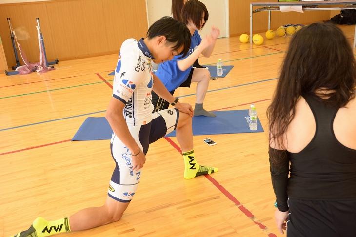 講師を務めた阿曽圭佑。日頃自身が取り組むトレーニングやストレッチをベースに参加者 へのレクチャーを行った