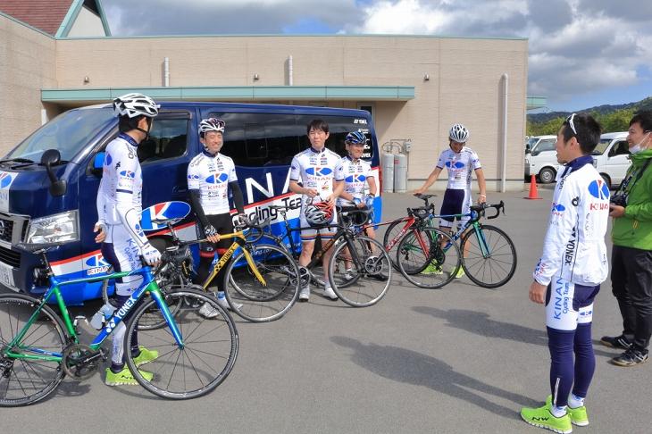 「仮入団!KINAN Cycling Team~YONEX CARBONEXで周るTOJ 50km~」では、 参加者が YONEX のロードバイク「CARBONEX」を使用。ライド前にポジションチェッ クを行う