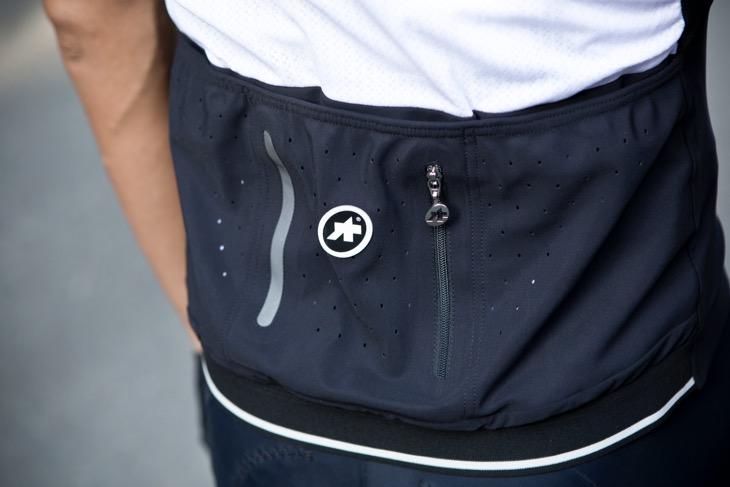 深めで幅広いポケットは非常に使いやすく感心した