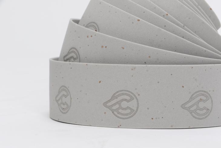 EVAフォームにコルクチップを埋め込むバーテープはチネリが開発した